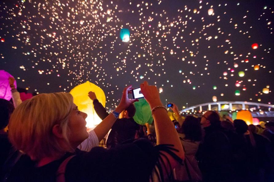 Тысячи фонариков были выпущены в польском Познани в честь самой короткой ночи в году, 21 июня 2012, фото AP Photo