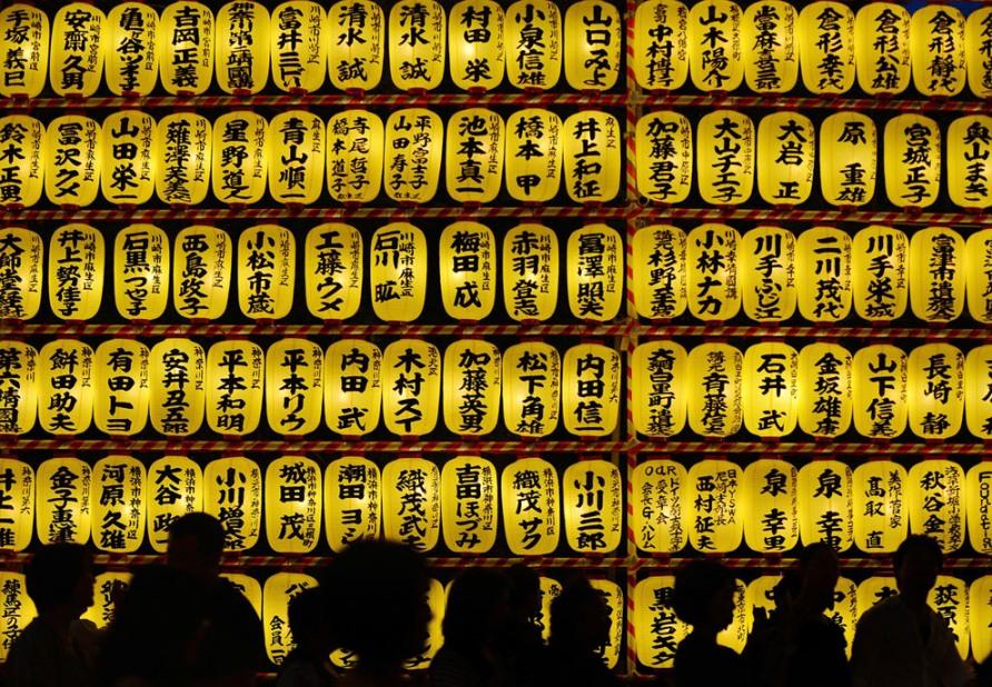 30 000 фонариков в память о жертвах войны в храме Ясукуни в Токио во время фестиваля Mitama Matsuri, 15 июля 2012, фото Toru Yamanaka/AFP/Getty Images