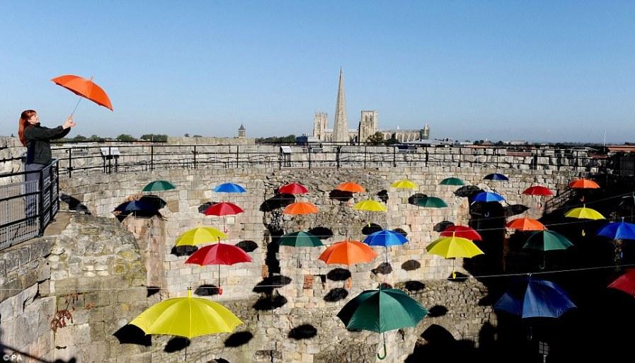 Крыша из зонтиков над башней в Йорке