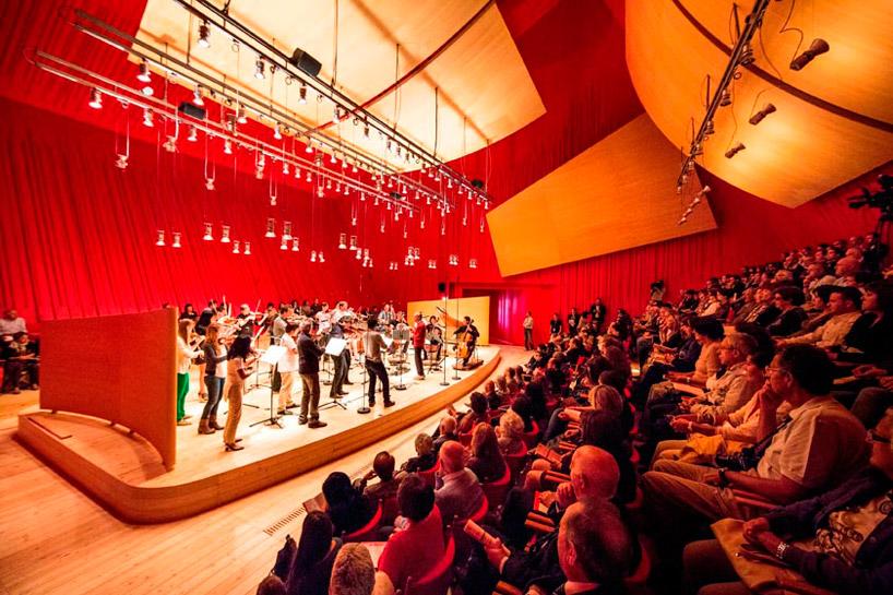 Необычный зрительный зал в Аквиле