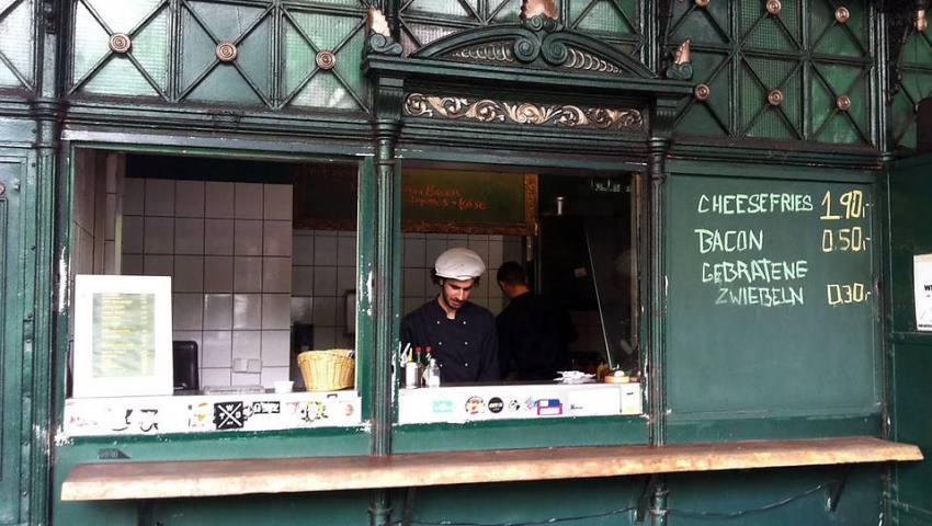 Теперь в здании бывшего туалет торгуют гамбургерами