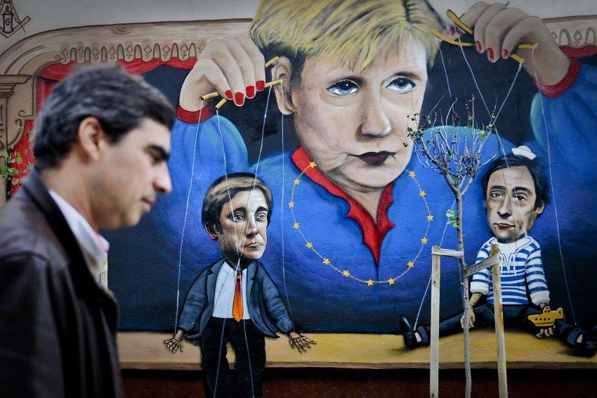 Меркель изображена с куклами португальских премьера и министра обороны