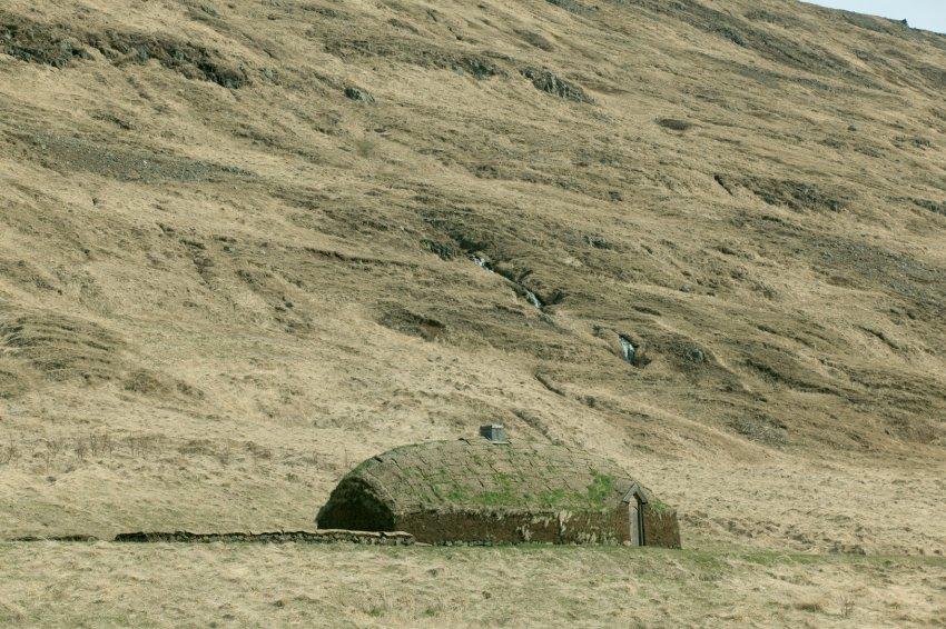Традиционные дома в Исландии строили из торфа или земли и травы