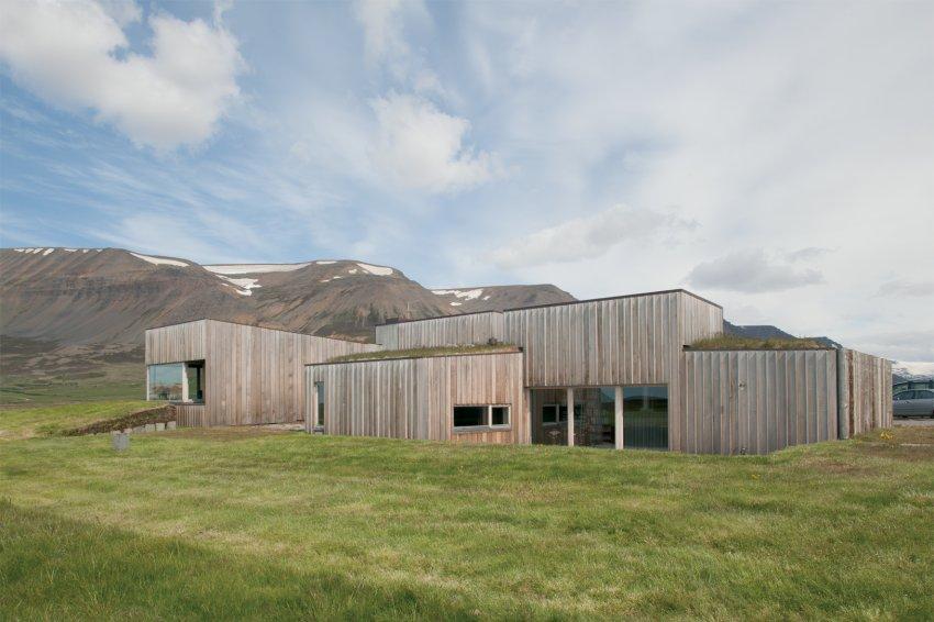 Путь до строительства современных домов был долгим. Т.к. дерева в Исландии нет, его везли из Норвегии