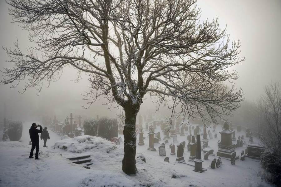 Заснеженное историческое кладбище в шотландском Stirling, фото Jeff J Mitchell / Getty Images