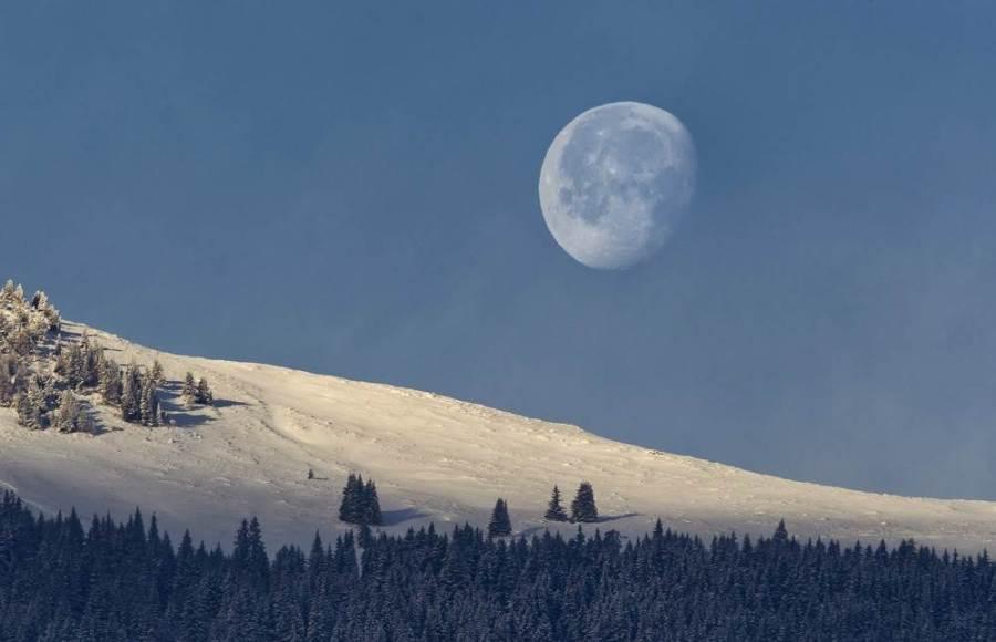 Луна над швейцарскими Альпами, фото Arno Balzarini / EPA