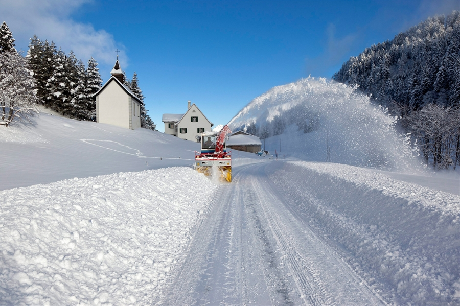 Очистка дороги в Швейцарии, фото Arno Balzarini / EPA