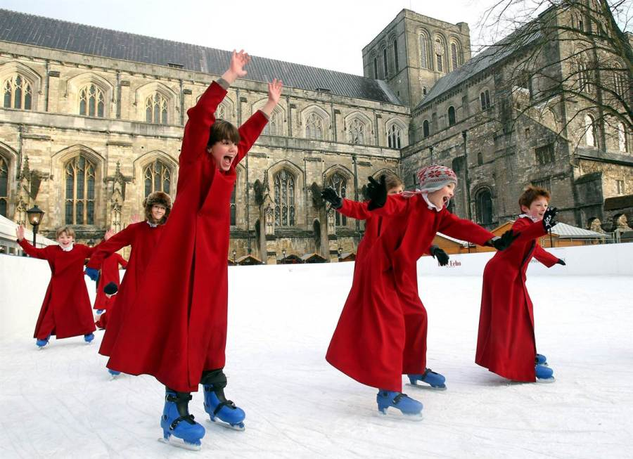 Хористы на коньках у английского Winchester Cathedral, фото Matt Cardy / Getty Images