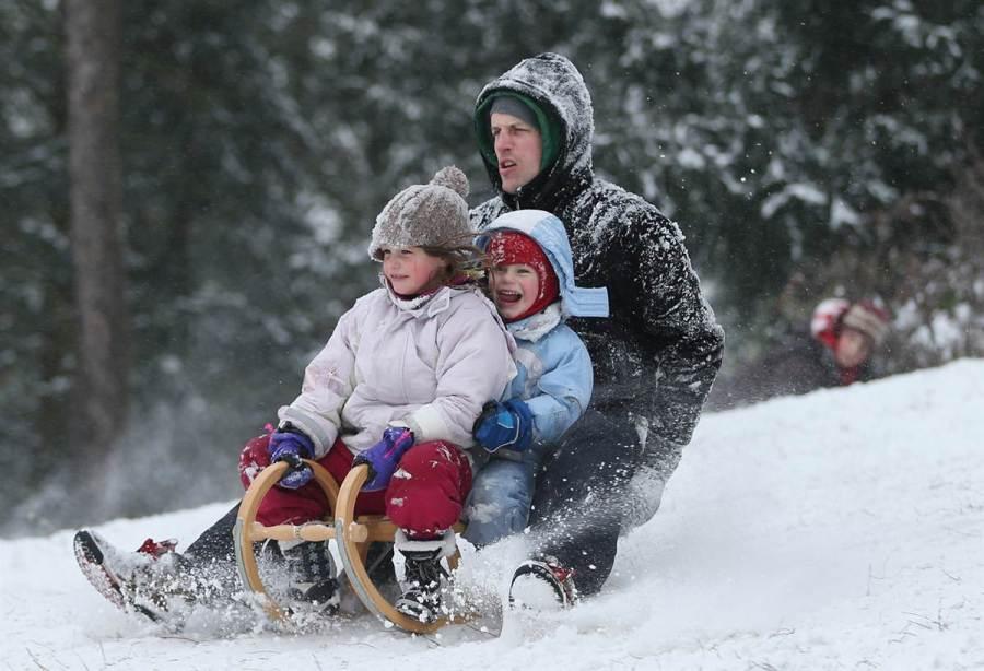 Жители Zehlendorf в парке катаются на санях, фото Sean Gallup / Getty Images