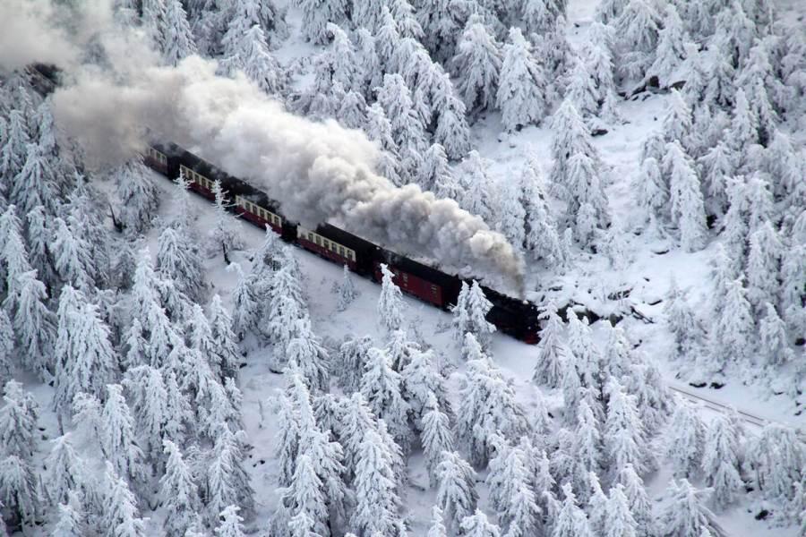 Поезд в немецком горном массиве Harz, фото Stefan Rampfel / EPA