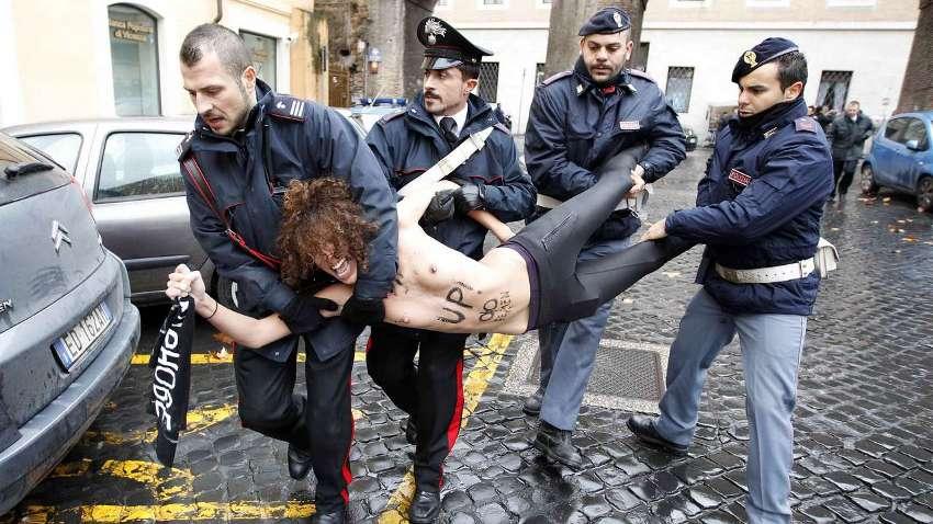 """Акция """"Фемен"""" в Риме"""