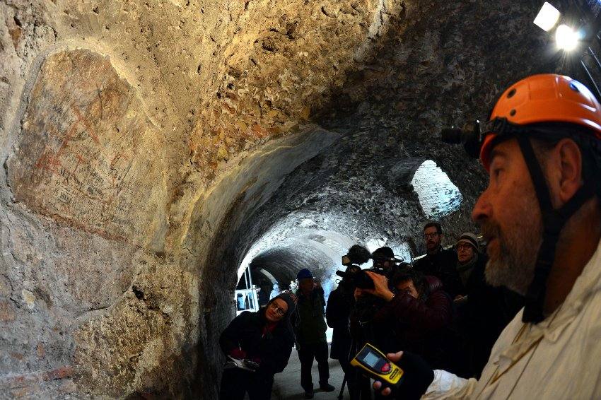 В этом туннеле были обнаружены остатки фресок