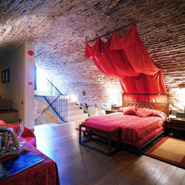 Современная обстановка внутри средневековых зданий