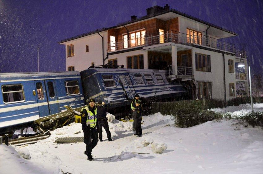 Поезд врезался в четырехэтажный дом