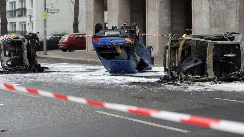 Несколько сожженных машин в центре Берлина