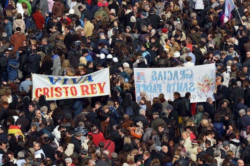 Тысячи верующих пришли, чтобы поддержать пантифика