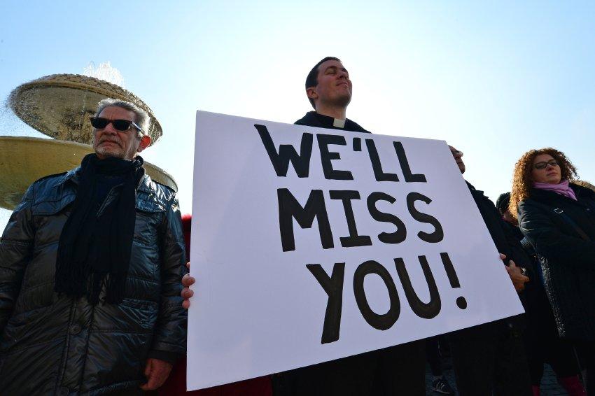 """Надпись на плакате: """"Нам будет не хватать Вас"""""""