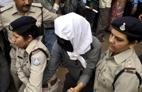 Полицейские сопровождают жертву изнасилования в больницу