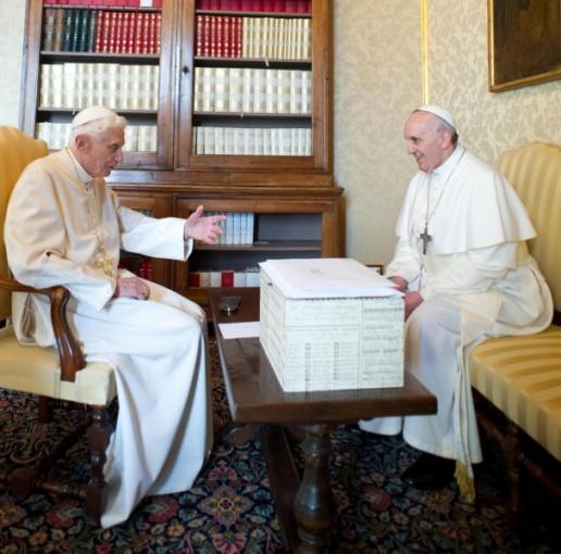 Священники уединились в библиотеке для беседы