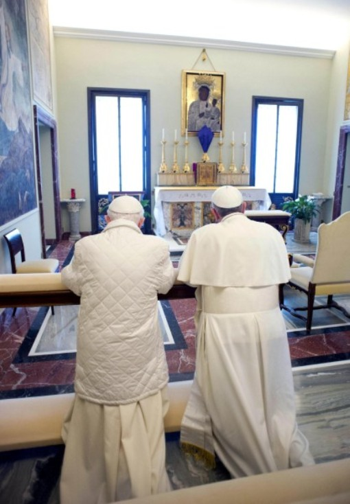 Франциск и Бенедикт молятся, стоя на одной скамье для молитв