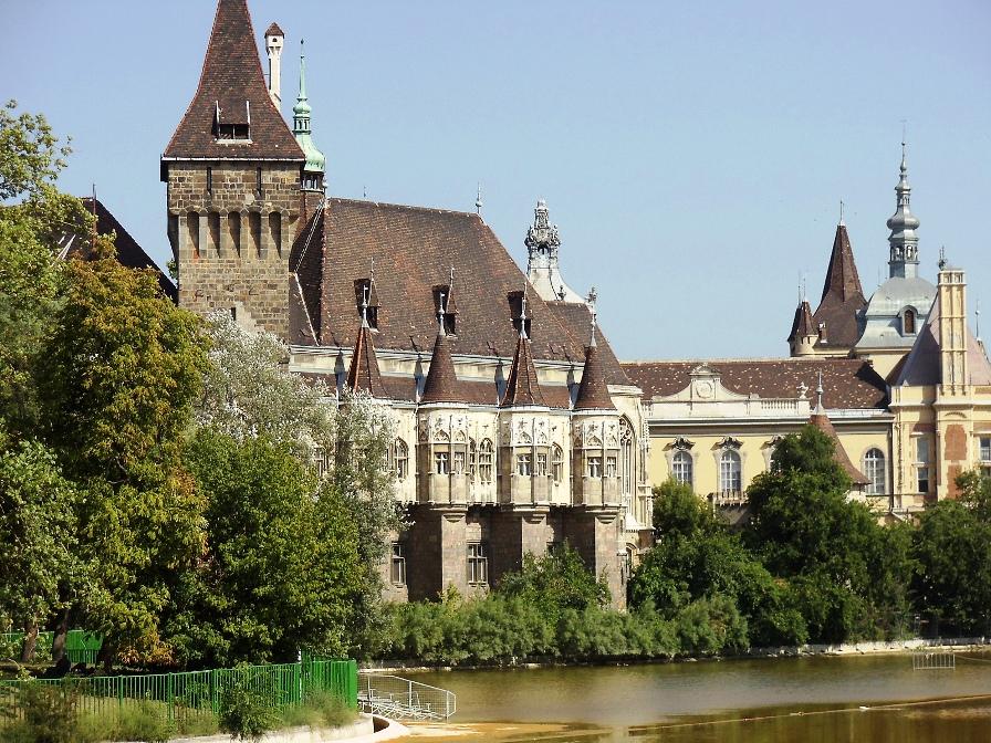 Замок Вайдахуняд в парке