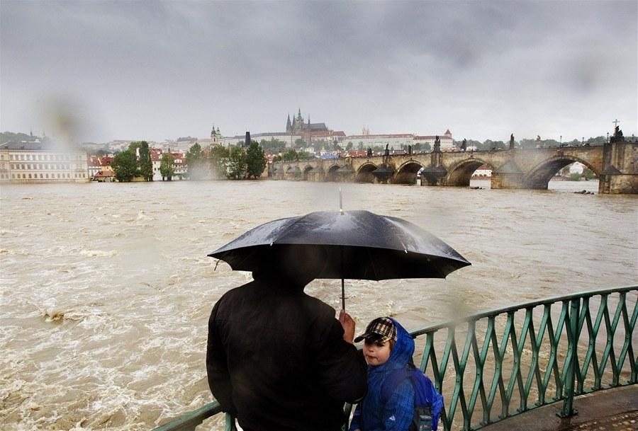 Карлов  Мост и Пражский Град - Наводнение в Праге - 2 июня 2013 года