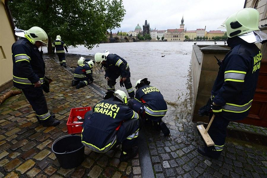 Установка защитных заборов  - Наводнение в Праге - 2 июня 2013 года