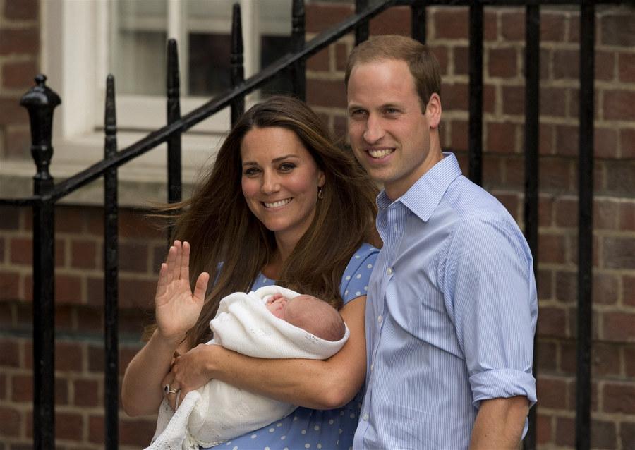 Кейт Миддлтон и принц Уильям показали новорожденного наследника - фото