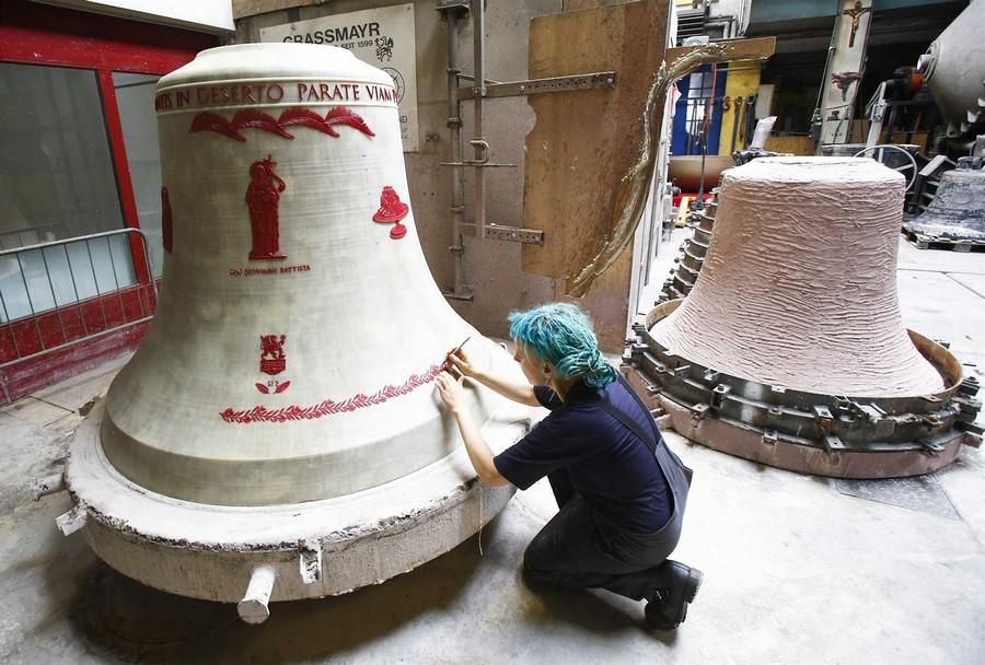 Художник создает новую модель колокола