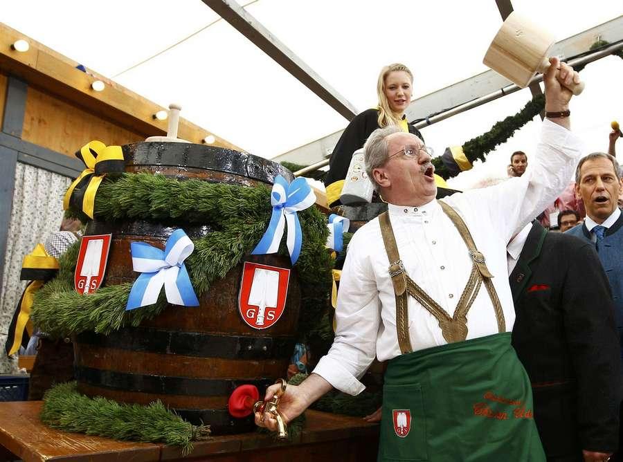 Ровно в 12.00 мэр Мюнхена Кристиан Уде откупорил первую бочку с пивом.