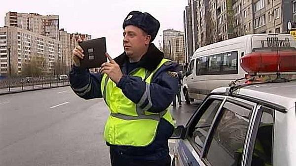 автоинспектор с планшетом