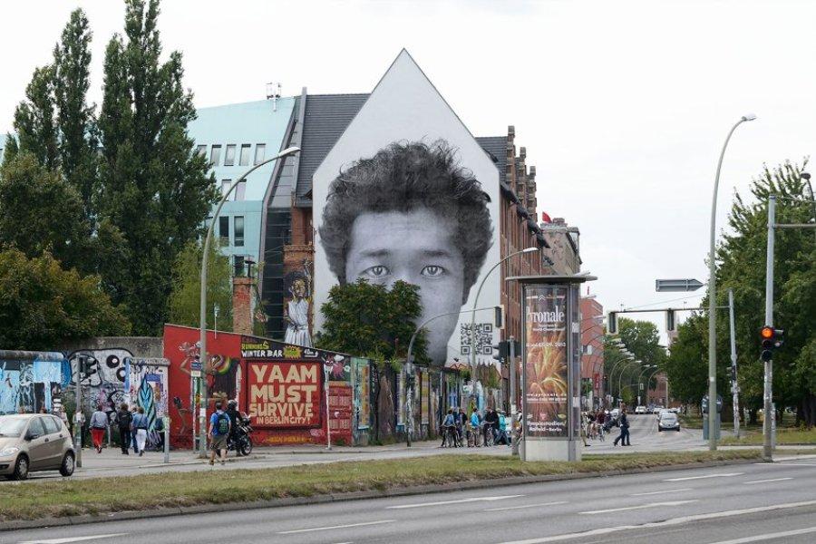 Лица беженцев на фасадах