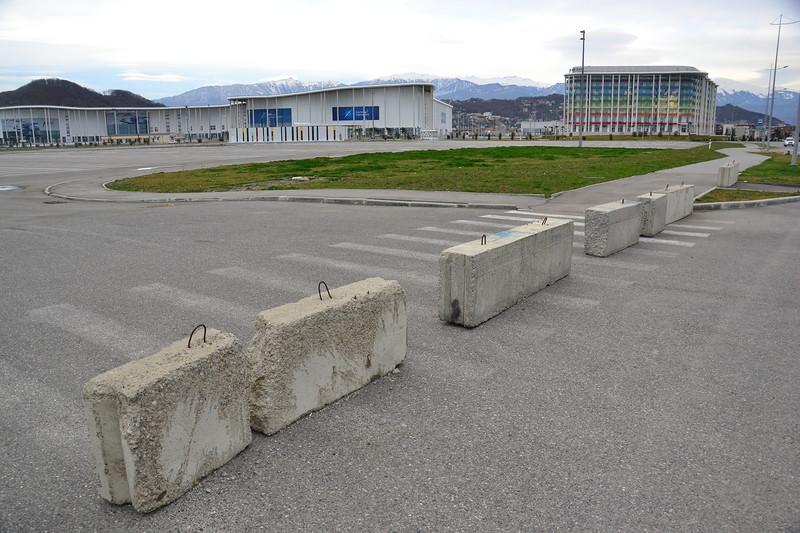 При подъезде к парку кругом парковочные места, но власти решили их зачем-то перекрыть.