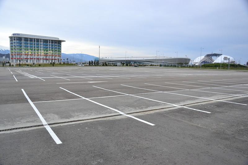 Часть олимпийских объектов, как эта гостиница Tulip Inn (слева) и Адлер-Арена (по центру) принадлежит краю.