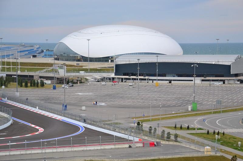 Ледовый дворец «Большой» обошелся бюджету в 300 миллионов долларов. Сейчас государство в лице ФГУП «Юг Спорт» (принадлежит краю) продолжает тратить на его содержание по 1 миллиону рублей в день – большая часть уходит на поддержание льда.