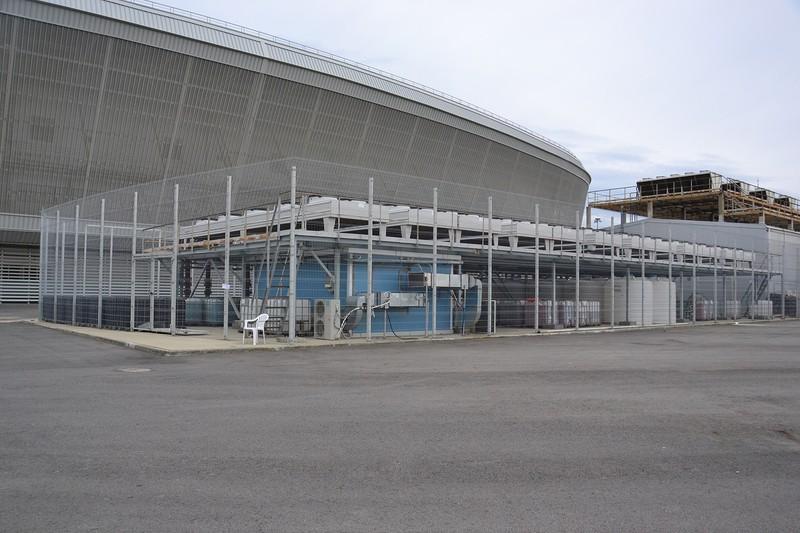 Поскольку Адлер-Арена переоборудована в теннисный корт, холодильные установки стоят без дела, хотя и корт не работает.