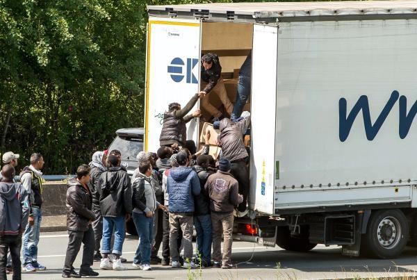 Кэмерон пообещал жестко бороться с нелегальной миграцией