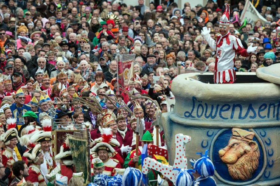Die Karnevalsfigur Hoppeditz hält am 11.11.2015 in Düsseldorf (Nordrhein-Westfalen) ihre Rede. Närrinnen und Narren feiern am 11.11.2015 den Auftakt der neuen Karnevals-Saison. In Düsseldorf erwacht um 11:11 Uhr der Obernarr Hoppeditz. Foto: Federico Gambarini/dpa +++(c) dpa - Bildfunk+++