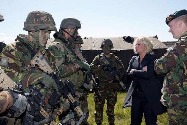 Министр обороны беседует с военными