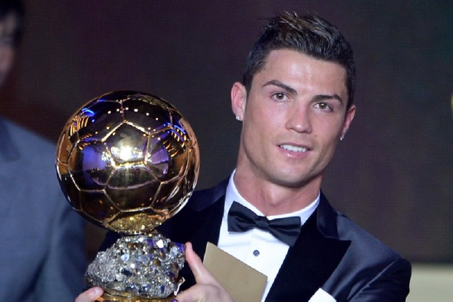 Real Madrid's Portuguese forward Cristiano Ronaldo poses with the 2013 FIFA Ballon d'Or award for player of the year during the FIFA Ballon d'Or award ceremony at the Kongresshaus in Zurich on January 13, 2014. AFP PHOTO / FABRICE COFFRINI (Photo credit should read FABRICE COFFRINI/AFP/Getty Images)