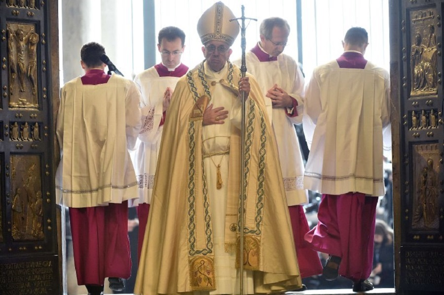 Папа Римский открыл Святые врата