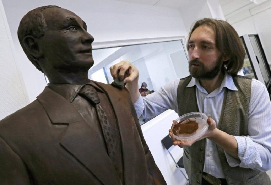 Скульптура Путина из шоколада