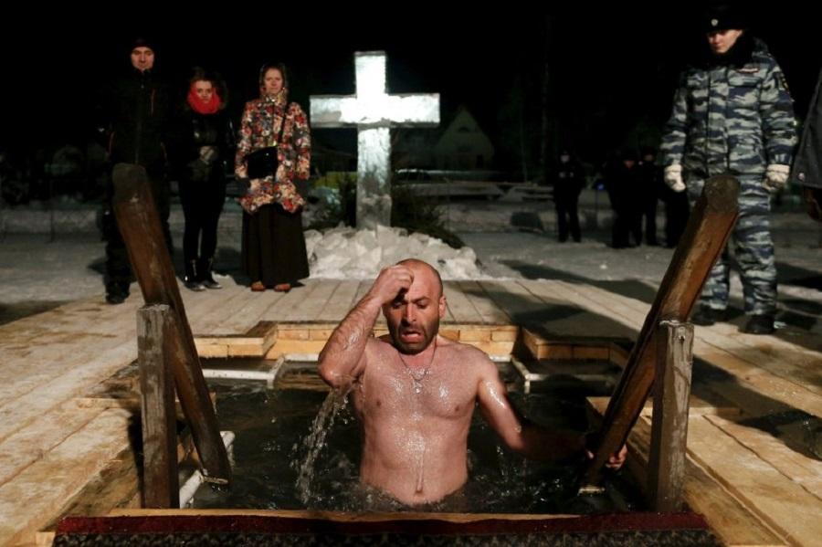Мужчина крестится в воде. Переславль-Залесский (150 км от Москвы)