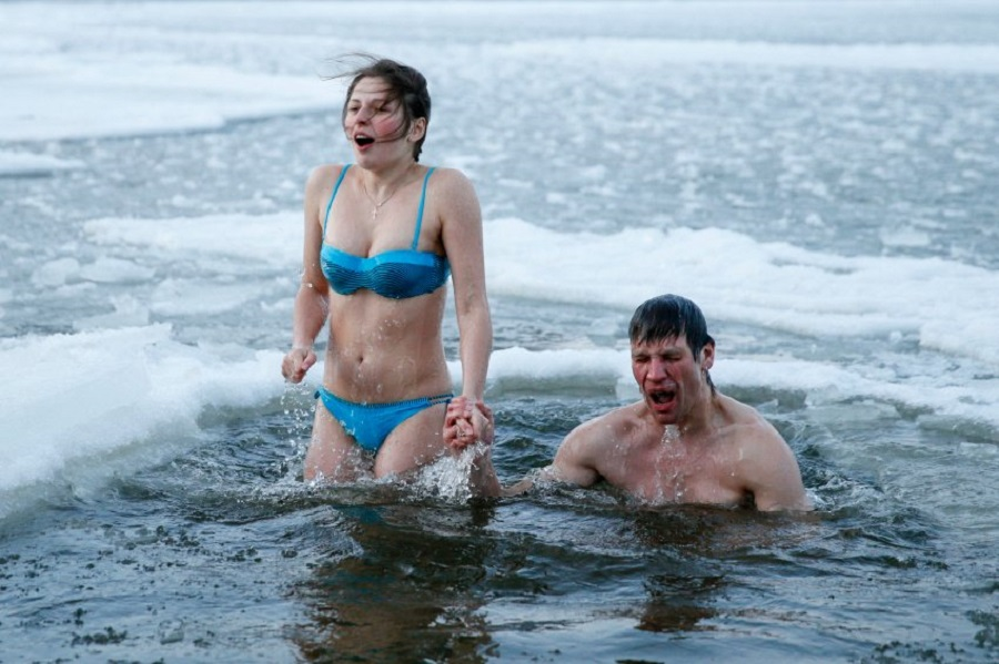 Молодая пара купается в Днепре в Киеве