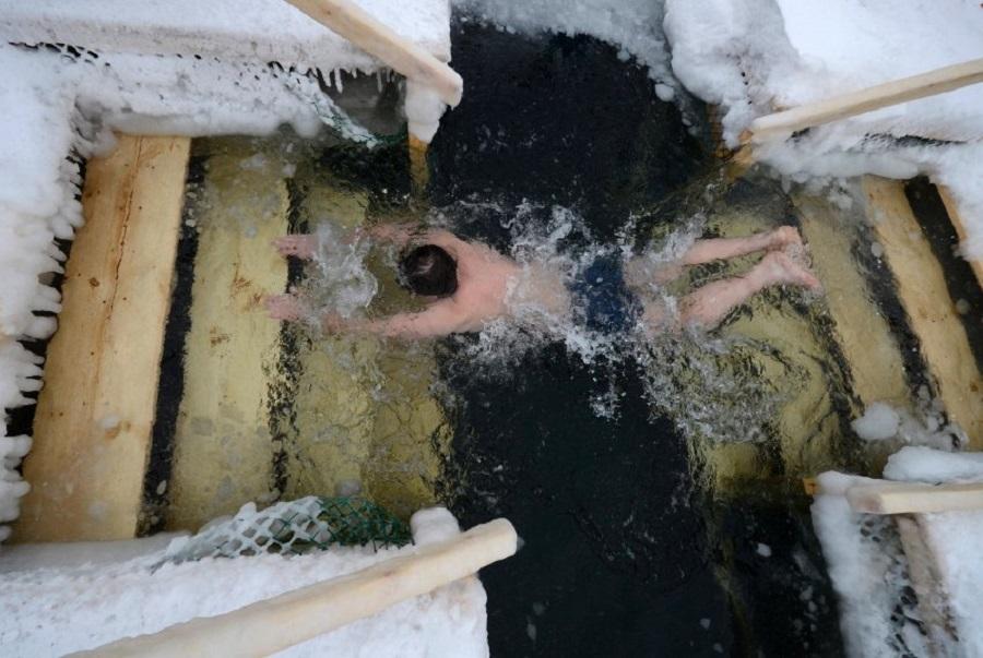 Мужчина из далекого Владивостока плавает в Японском море