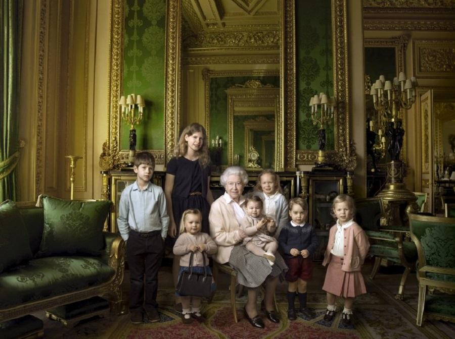 Королева вместе с младшими внуками и правнуками