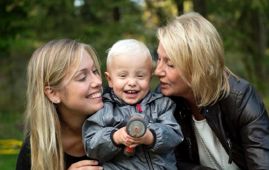 Эмели с матерью и сыном