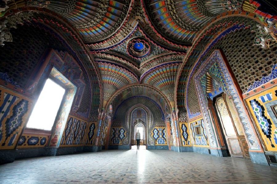 Дворец состоит из 365 помещений.