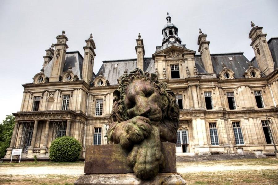 Покинутый дворец в 100 километрах от Парижа.