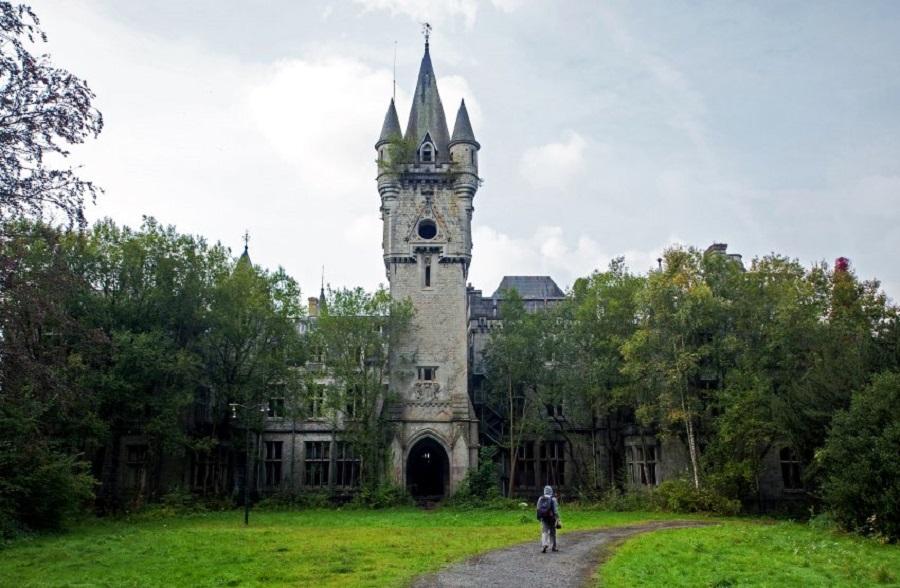 Неоготический замок Château Miranda в Арденнских горах.